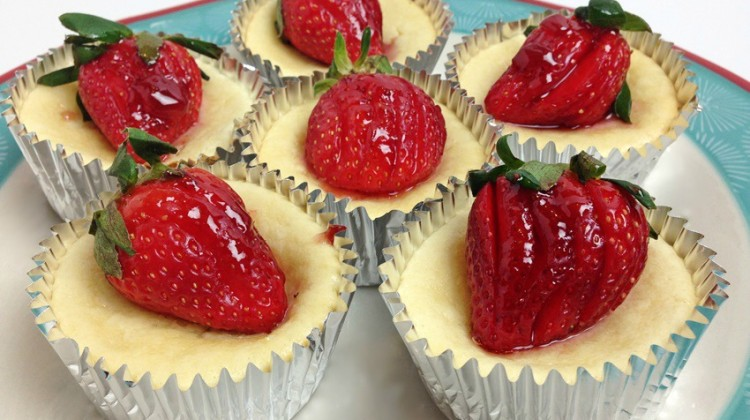 Mini Cheesecake Cups with Strawberries