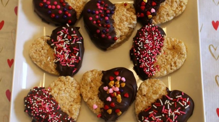 #12Daysof Valentine's Day Recipes {Day 11} Chocolate Dipped Rice Krispies Hearts