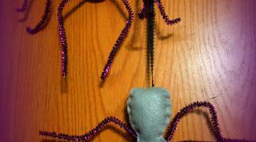 Fun Felt Dangling Spider Decoration for Halloween #craft