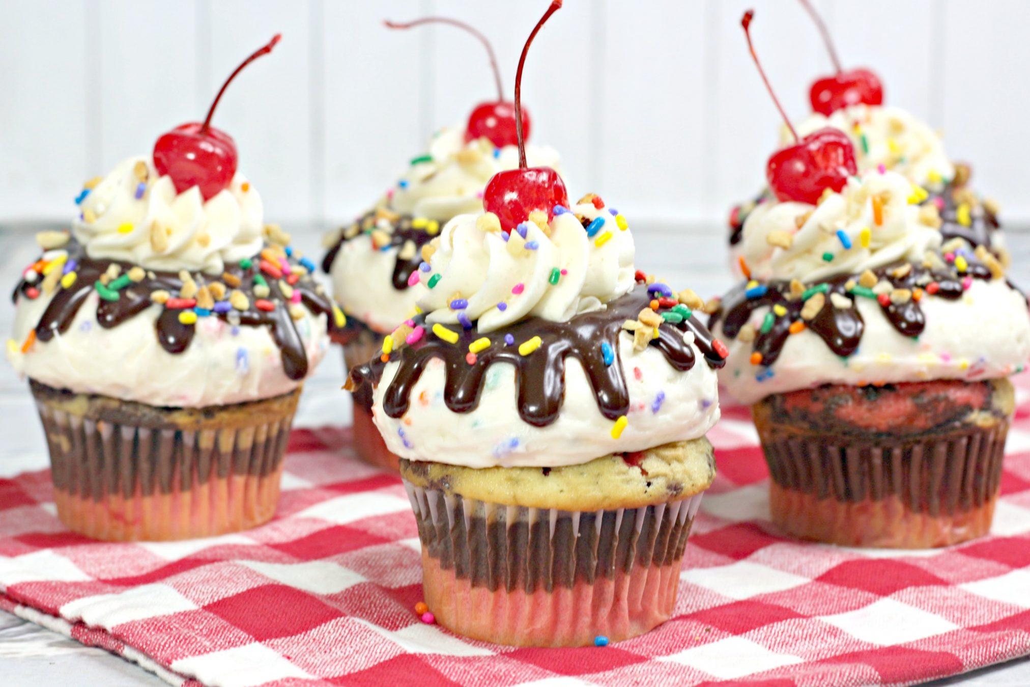 Super Fun Banana Split Cupcakes #ExtremeCupcakes