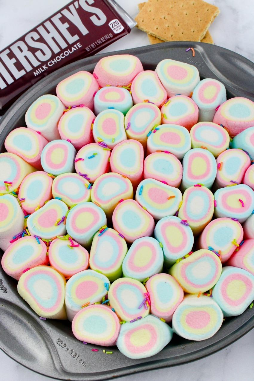 Yummy & Fun Rainbow S'Mores Dip #Recipe #funfood #smores