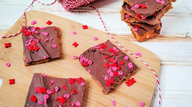 Easy Valentine's Chocolate Bark #sweets #valentinesday #easydessert
