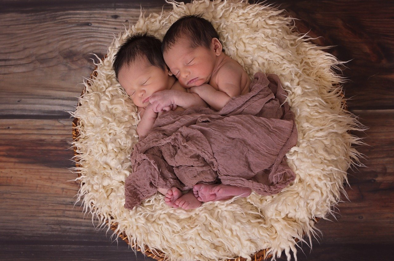 4 Hacks to Make Twin Parenting Less Overwhelming!