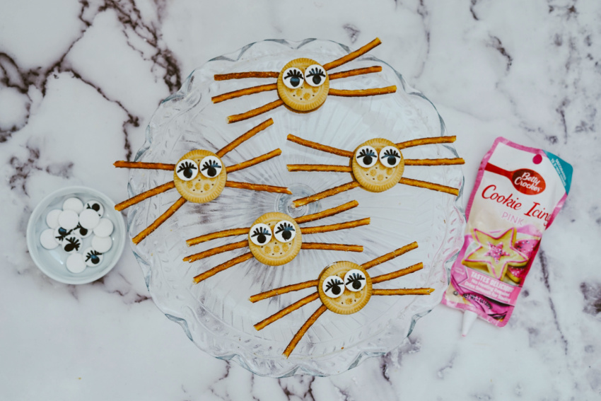 Girly Spider Oreo Cookies process